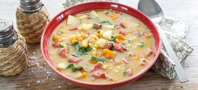 гороховый суп с курицей и копченой колбасой