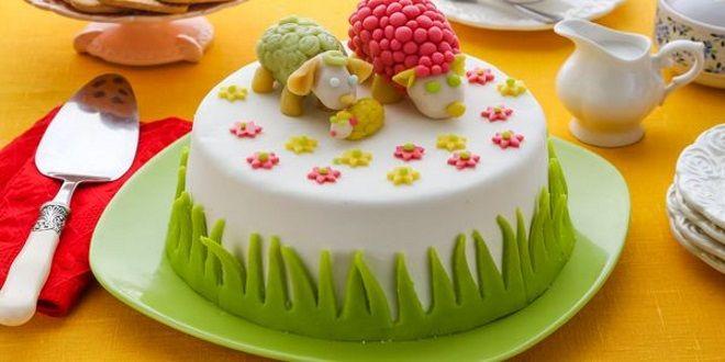 Простое украшение торта мастикой