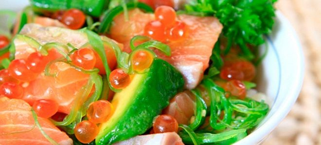 салат с авокадо икрой и красной рыбой