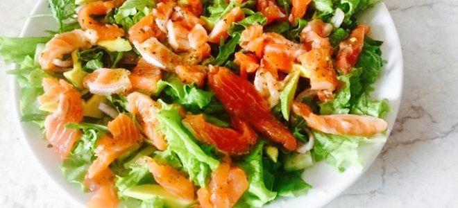 салат с креветками красной рыбой и авокадо