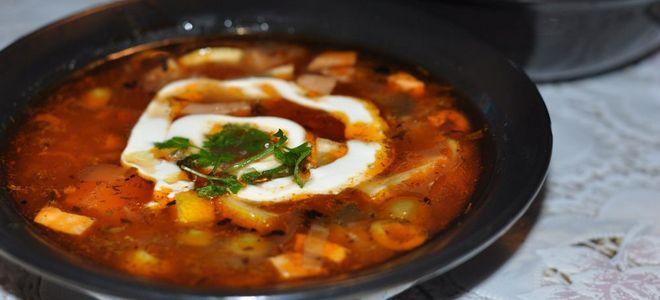 солянка рецепт с колбасой и копченостями