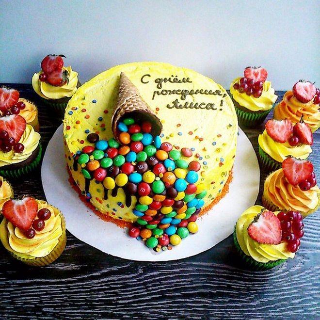 Украшение детского торта драже M&M's и кондитерской посыпкой