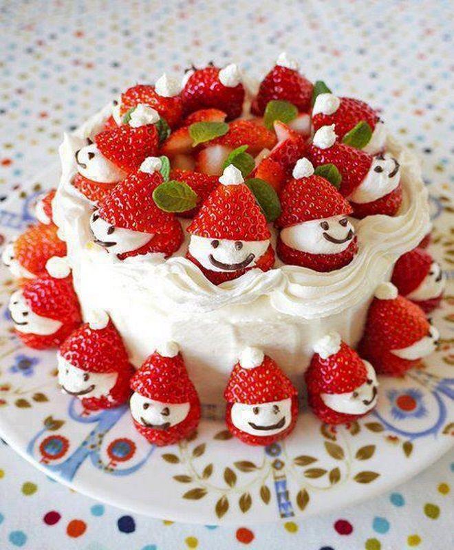 Украшение детского торта кремом и клубникой