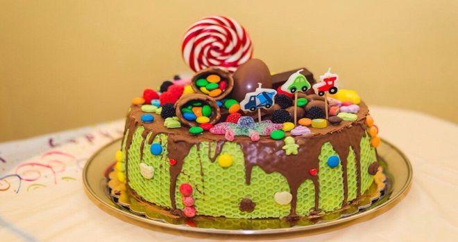 Украшение детского торта шоколадной глазурью драже, мармеладом и топперами