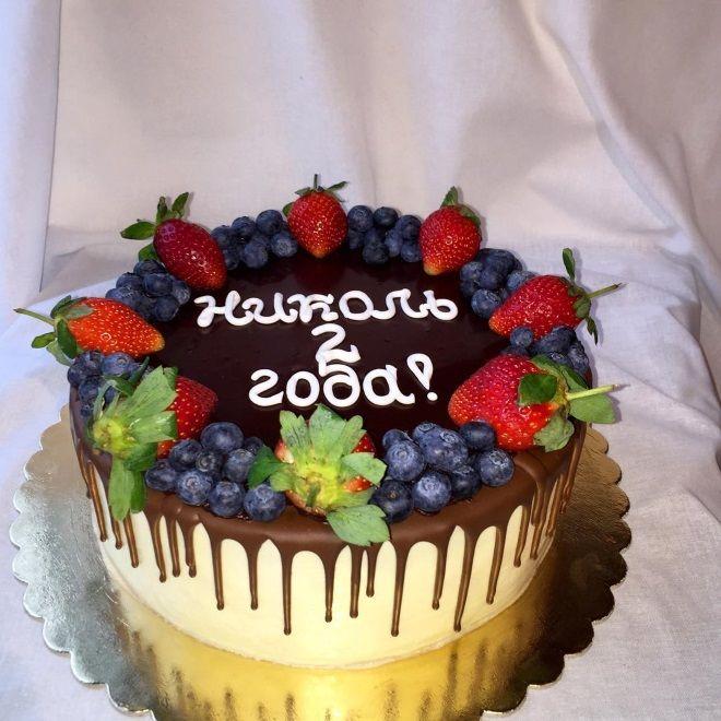 Украшение детского торта шоколадной глазурью и ягодами