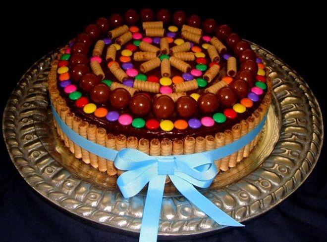 Украшение детского торта вафельными трубочками и драже