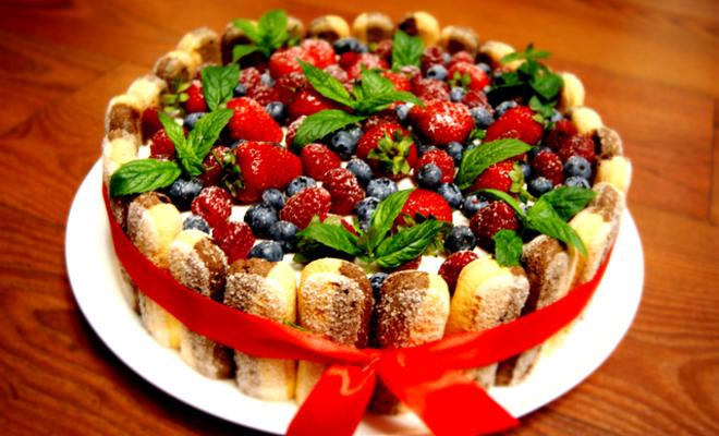 Украшение детского торта ягодами мятой и печеньем