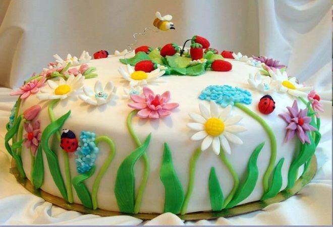 Украшение детского торта Красивая летняя лужайка из мастики на торте