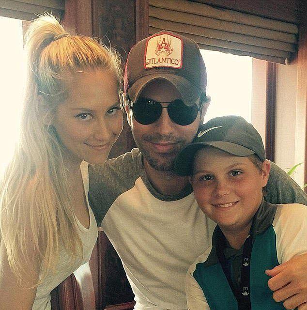 Курникова и Энрике Иглесиас с братом Анны в прошлом году
