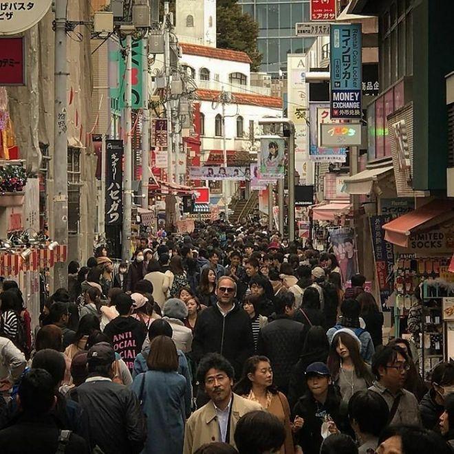 20+ снимков о том, что жить высоким людям в Японии непросто