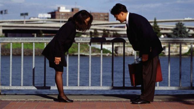 Рукопожатие, поклон, поцелуй, объятия: как принято здороваться в разных странах?
