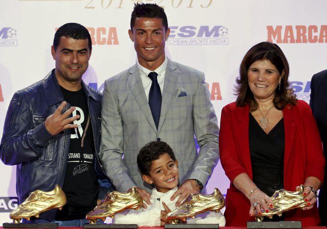 Роналду с мамой, сыном и братом