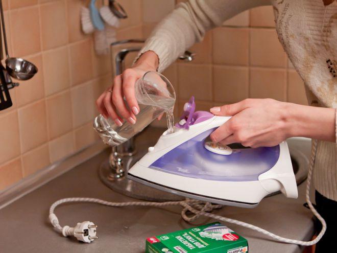 Как в домашних условиях почисть паровой утюг от накипи