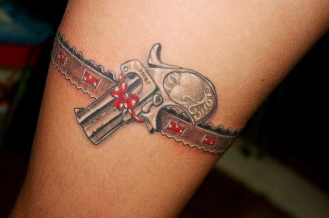 подвязка на ноге с пистолетом