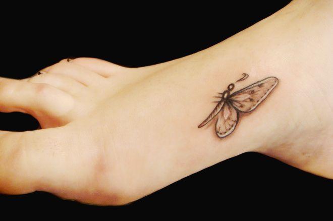 бабочка на ноге маленькая