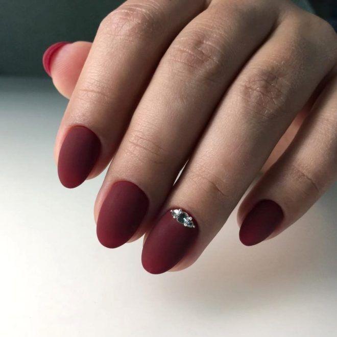 Бордовый маникюр на короткие ногти раз