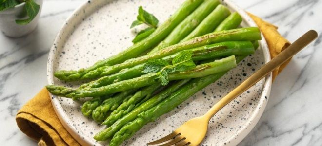 зеленая спаржа на сковороде
