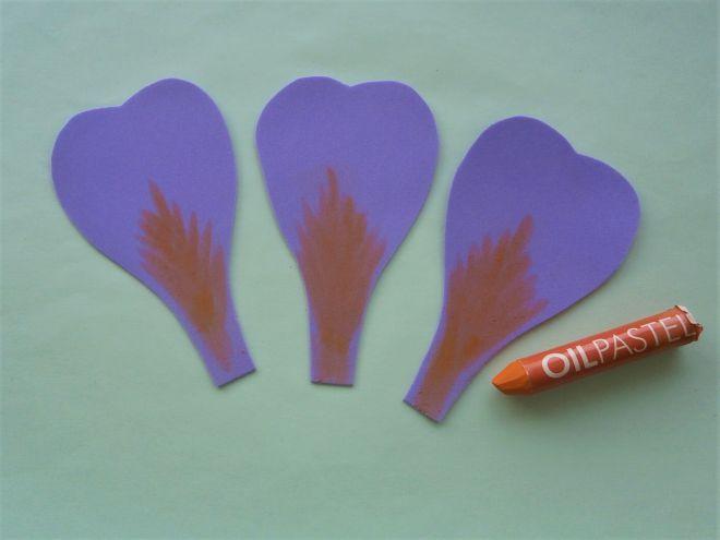 на сиреневых лепестках нарисуем оранжевые пятнышки