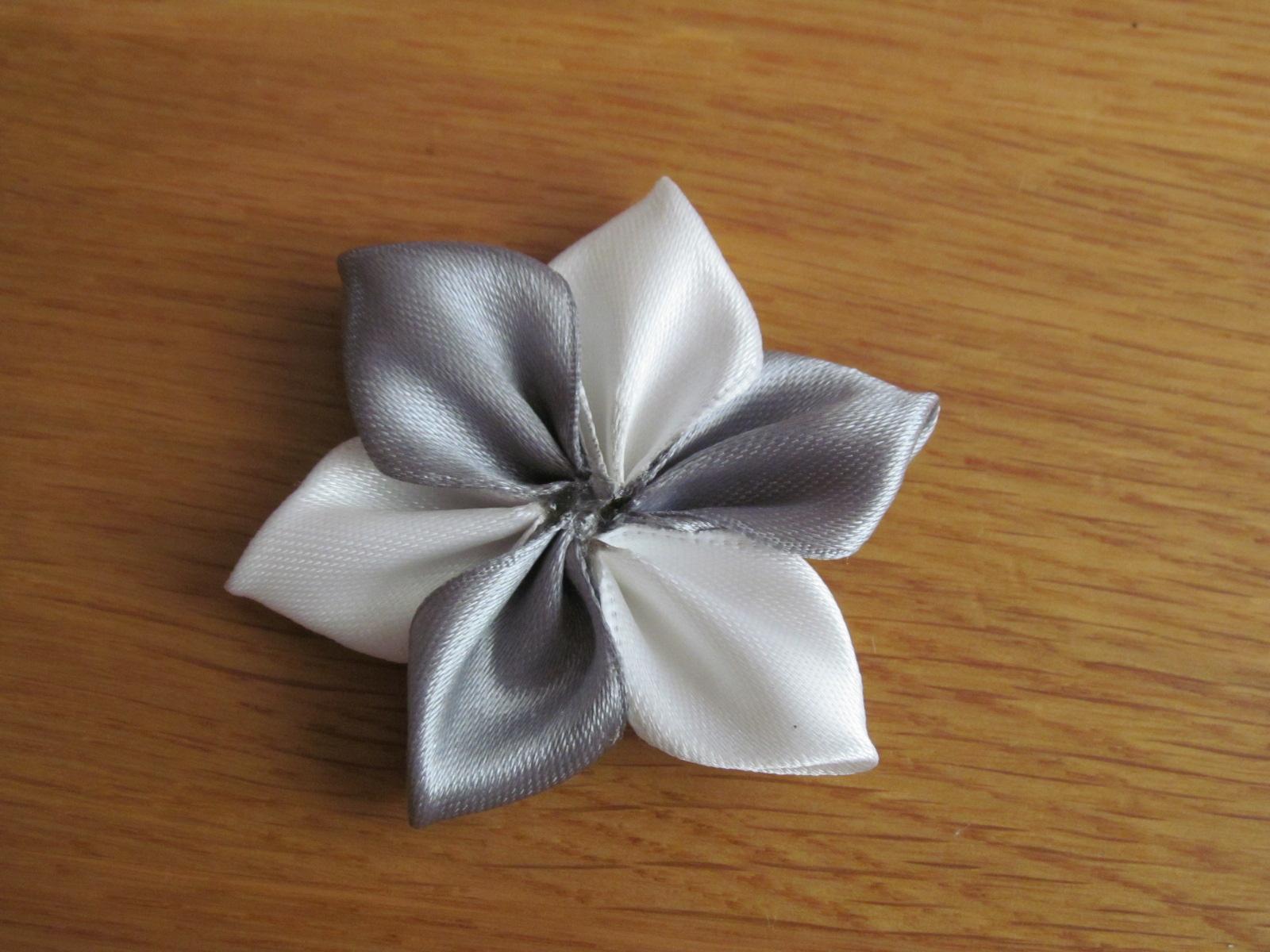 Простой цветок из атласной ленты своими руками