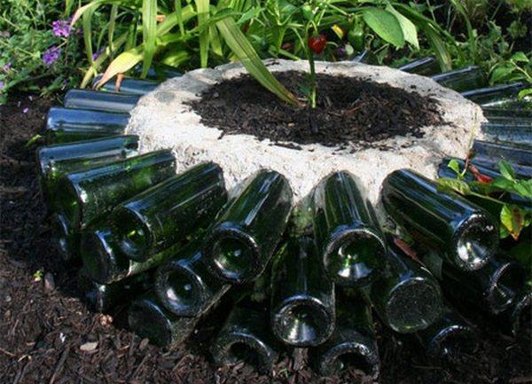 Как из стеклянных бутылок сделать клумбу