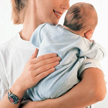 как правильно держать новорождённого столбиком фото