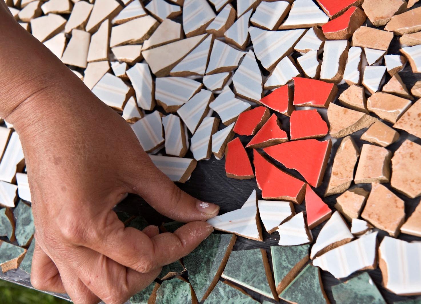 Поделки из битой плитки на даче