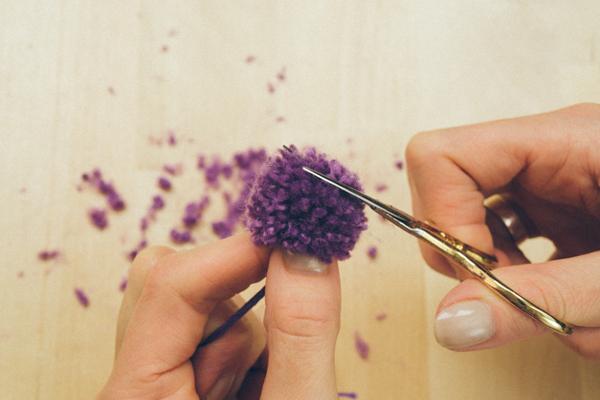 как сделать помпоны из пряжи фото пошагово