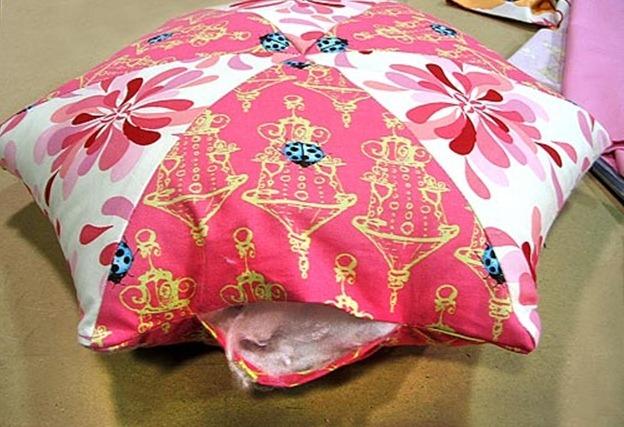 как сшить подушку из лоскутков 7