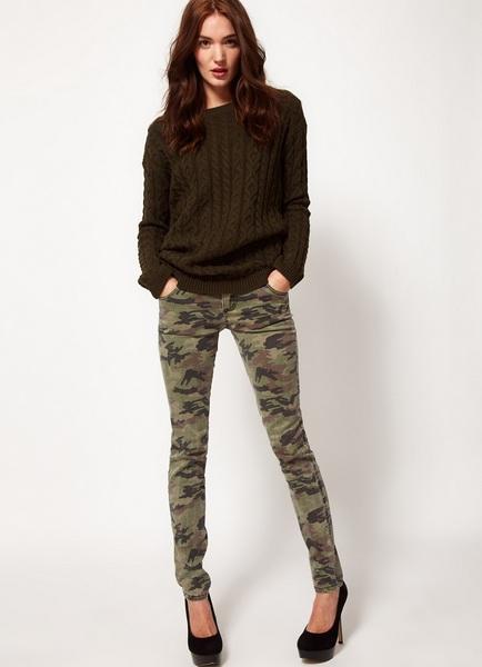 Камуфляжные женские джинсы с чем носить