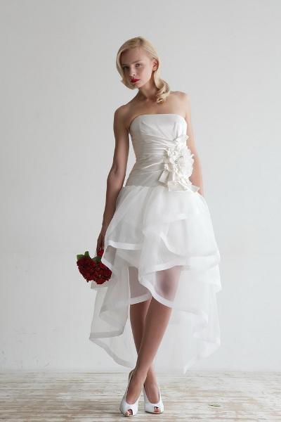 В свадебном платье и в колготках