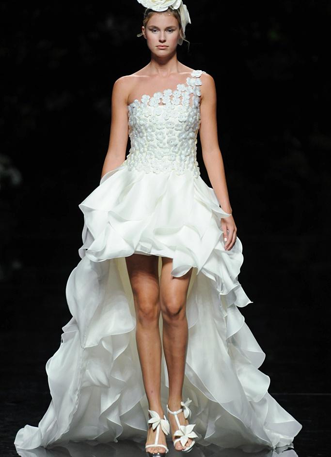 Короткие свадебные платья со шлейфом 4