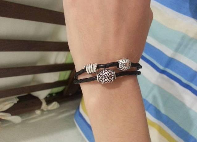 Кожаные браслеты пандора с шармами фото на руке