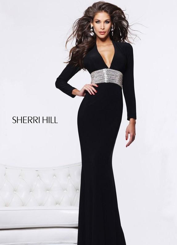 Коротки черные платья не только очень популярны, но еще и универсальны. Модными их сделала Коко Шанель в далеком 1926 году. До этого момента, черные платья