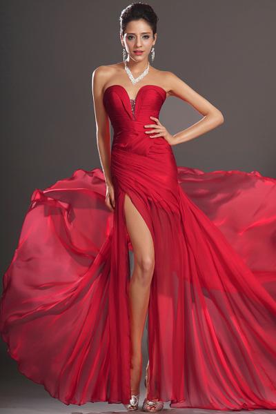Девушка в красном платье вечернем