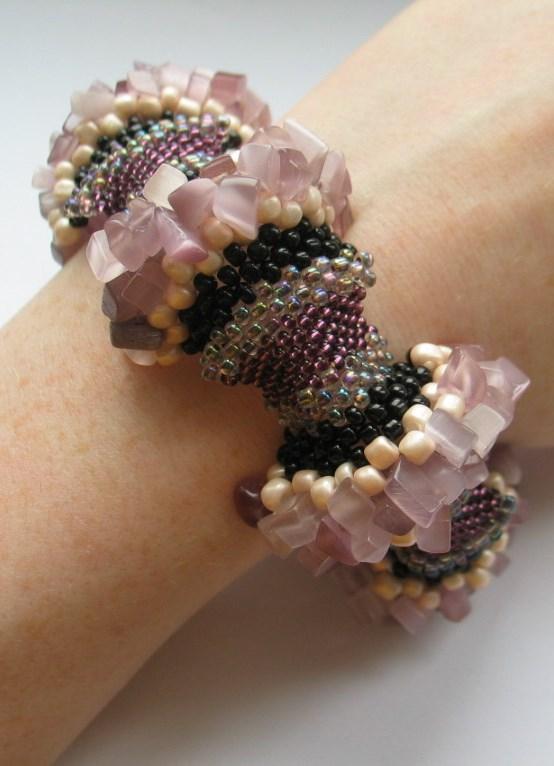 ...которые используются в браслетах Шамбала, достаточно актуальными остаются модные браслеты из бисера.