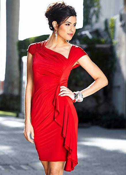 Красное платье с синими серьгами