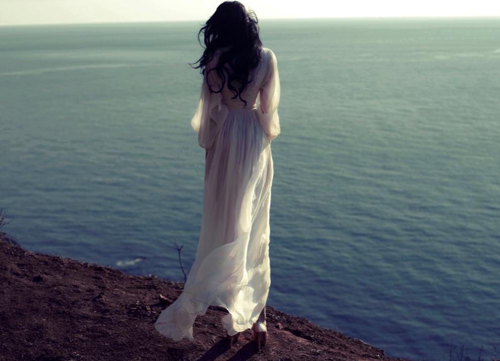 Девушка сзади в длинном платье