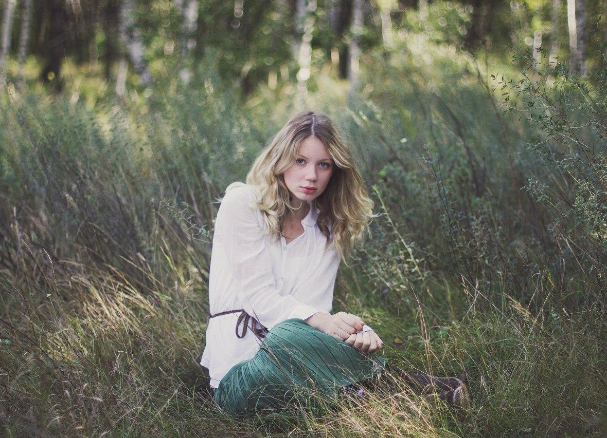 Студентка в лесу 8 фотография