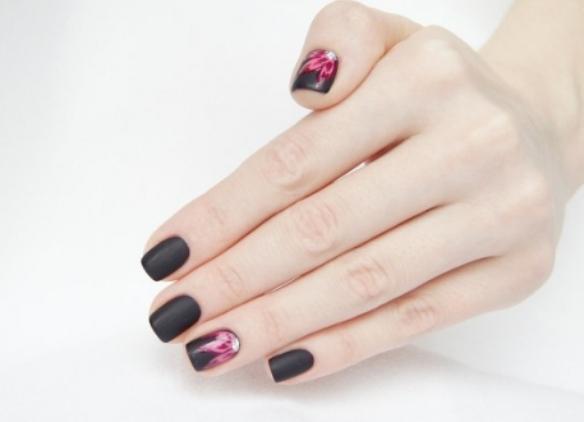 Ногти с рисунком на безымянном пальце