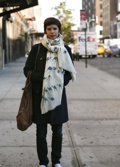 Руководство по стилю как носить женский головной платок с топами или рубашками с открытыми плечами изоражения