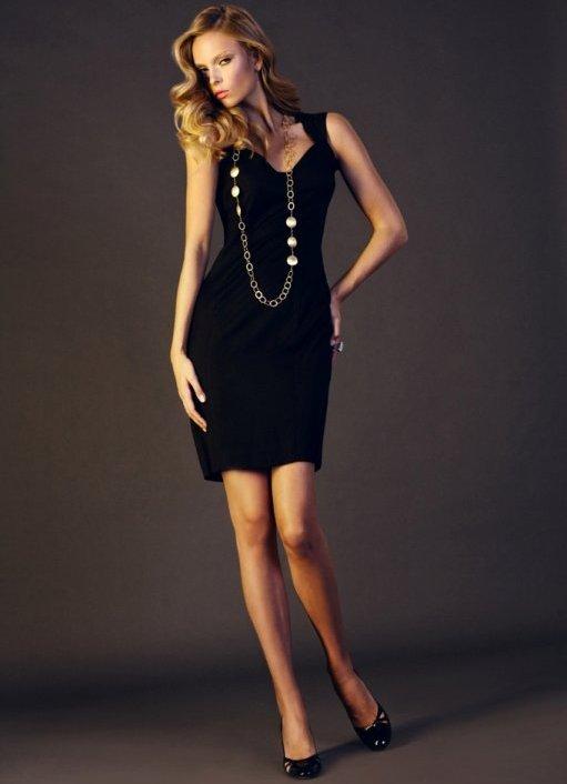 Украшения на черном платье фото