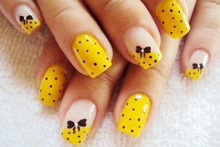 Желтое платье какие ногти