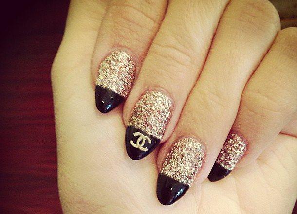 ногти дизайн с знаком шанель