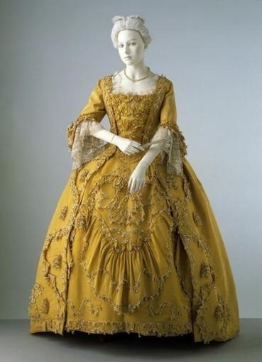 Девушки в платьях 17 века