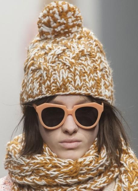 Вязаные шапки в стиле гранж осенью и зимой 2013-2014 в приоритете у молодежи. . Да и в каком еще возрасте