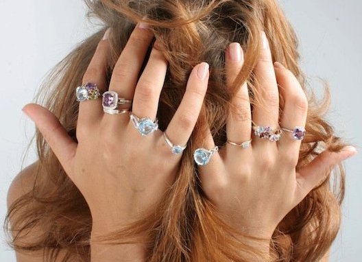 На каком пальце кольцо у девушки