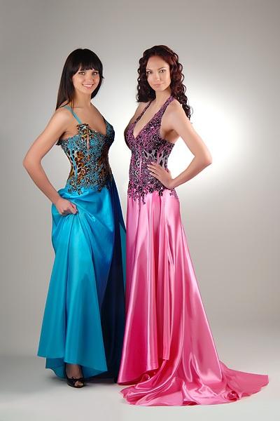 Особенно тщательно подходят к вопросу девушки, кода выбирают нарядное платье на свадьбу подруги. Ведь для девушек представляется