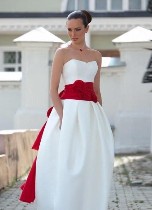 Короткое свадебное платье с красным поясом