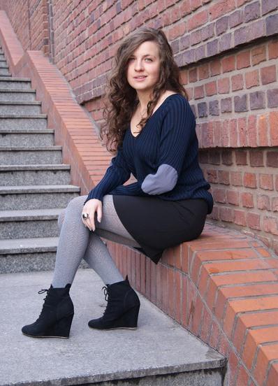Женщина в серых колготках