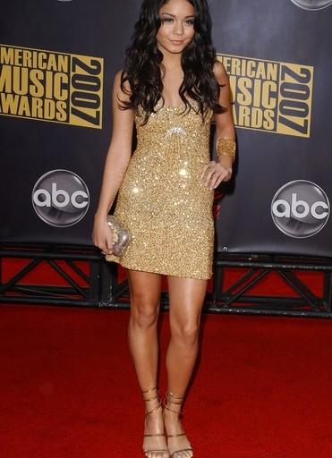 Фото золотое платье бижутерия аксессуары